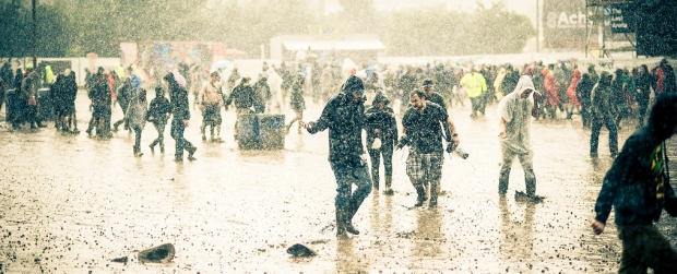 Dour Festival - toeschouwers in de regen (c) Johan Lolos