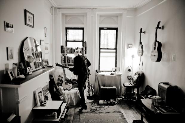 """Trixie Whitley, maart 2012, New York. Anton Coene: """"Deze foto werd genomen net na m'n aankomst in New York. In Trixie's woonkamer, tijdens het repeteren van enkele numers voor haar show in Rockwood Music Hall de dag erna. Trixie is erg gesteld op haar 'personal space', maar voor m'n reeks en werk rond Whitley mag dit beeld voor mij niet ontbreken. Het is een foto waarin ik haar zelf herken. Voor mij is dit Trixie."""""""